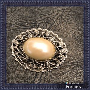 Jewelry - Silver tone brooch